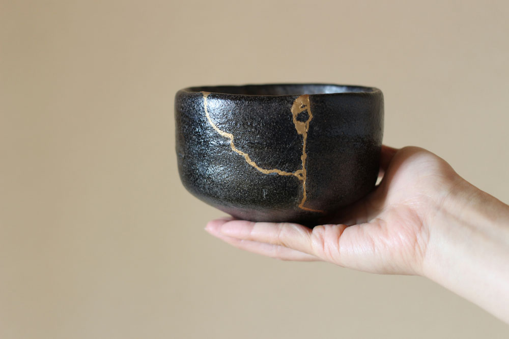 kintsukuroi japanese pottery broken and fixed with gold